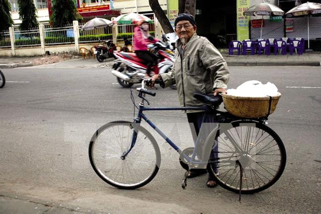 Cụ Bình với chiếc xe đạp và thúng lạc luộc bán khắp các tuyến đường để lấy tiền làm từ thiện. Ảnh: Hồng Điệp