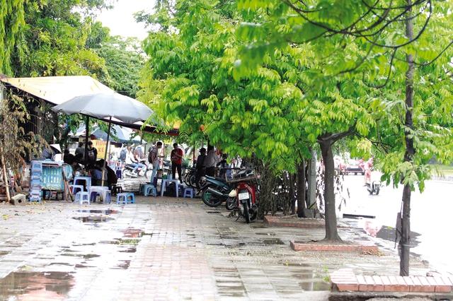 Vỉa hè vẫn bị lấn chiếm trên đường Nguyễn Xiển. ảnh: H.P