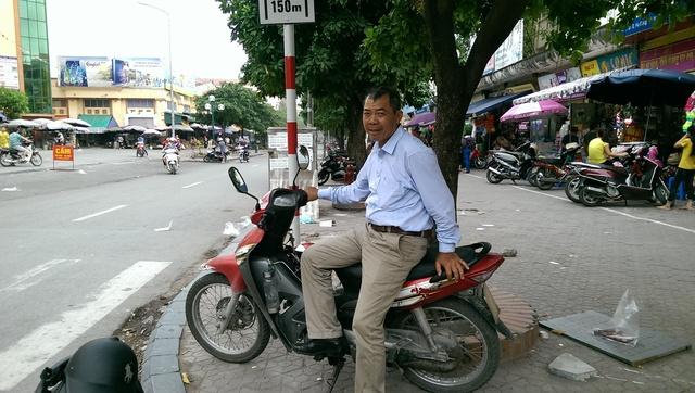 Dù hàng tháng phải lo một số tiền lớn để chữa bệnh cho vợ nhưng ông Trường vẫn tình nguyện chạy xe ôm miễn phí cho các bệnh nhân ung thư tại Bệnh viện K Tân Triều. Ảnh: Đình Việt