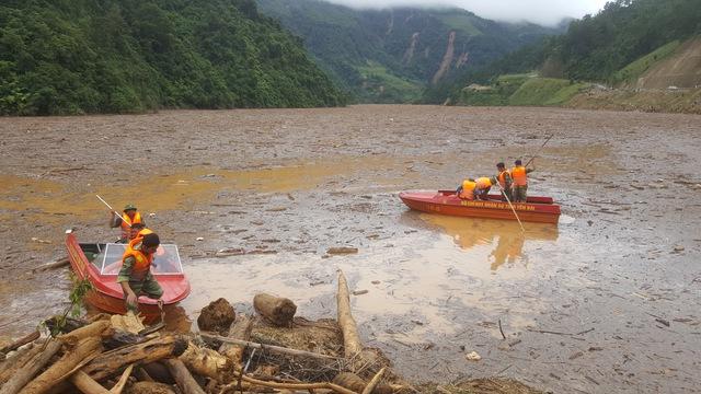 Lực lượng chức năng tìm kiếm 6 nạn nhân đang bị mất tích tại khu vực hồ thủy điện. Ảnh: C.T