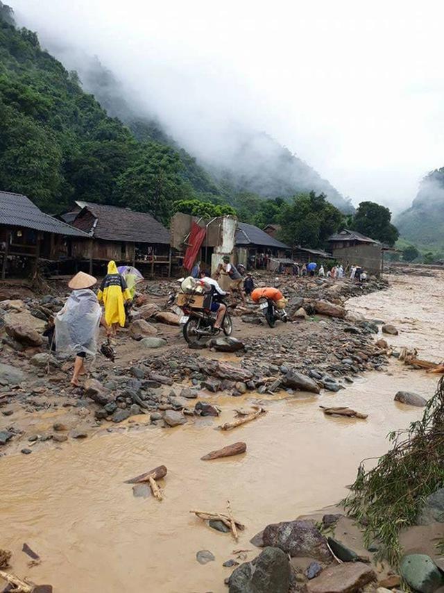 Người dân đang di chuyển tài sản đồ đạc khỏi khu vực nguy hiểm.