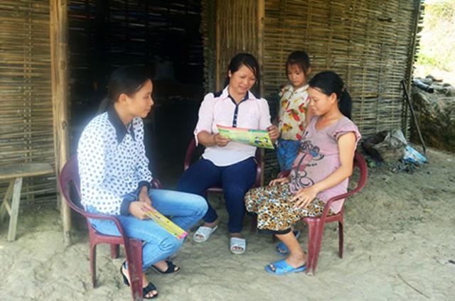 Lực lượng CTV dân số ở tỉnh Quảng Ninh ngoài nữ giới thì có nhiều nam giới cũng làm nghề này. Ảnh: H.Anh