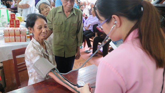 Bà Lý Văn Thục được các bác sĩ, nhân viên y tế đi huyết áp, khám sức khoẻ.