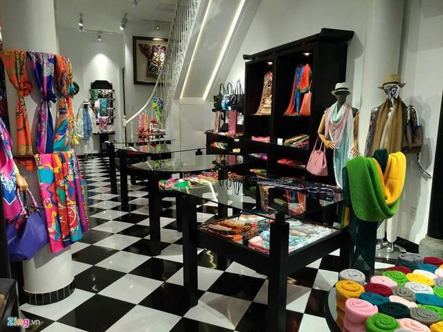 Bên trong cửa hàng Khaisilk 113 Hàng Gai, Hà Nội. Ảnh: Zing.vn