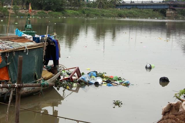 Các loại rác từ việc cúng ông Công, ông Táo trôi nổi trên sông.