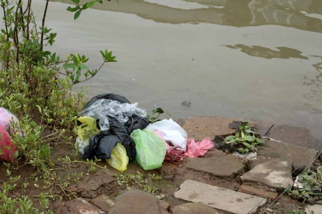 Nước lên, những đống rác này sẽ lại xuống sông và trôi đi khắp nơi.