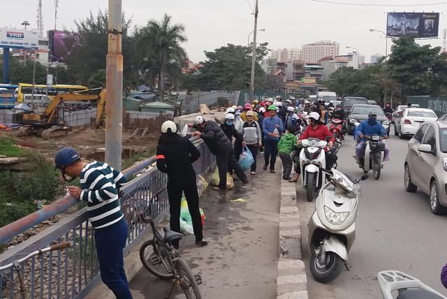 Cầu Rào trở nên ách tắc khi số lượng người dân đến tiễn ông Công, ông Táo tăng lên.