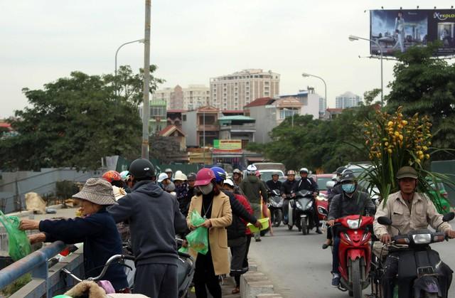 Nhiều phương tiện giao thông dừng ngay tại làn đường dành cho xe thô sơ và người đi bộ.