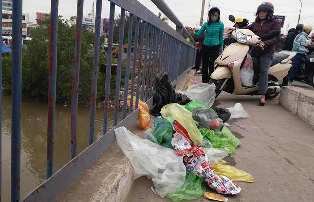 Và để lại túi nilon ngay trên cầu.