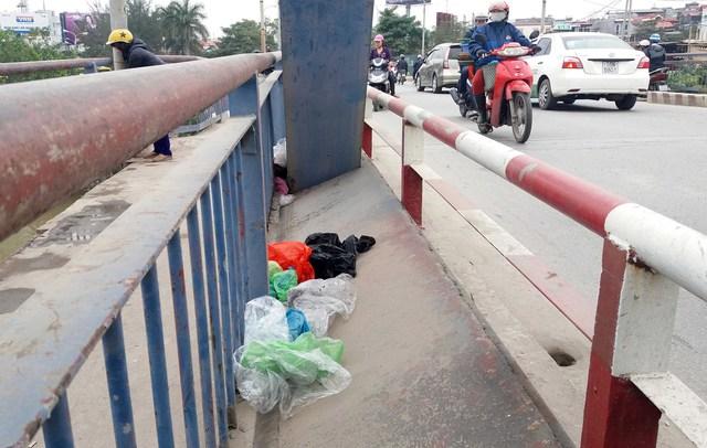 Nhiều túi nilon được nhét vào các khe hở của cầu Rào.