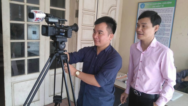 Phóng viên Đinh Hữu Dư (người cầm máy). Nguồn: Face Giang Phong