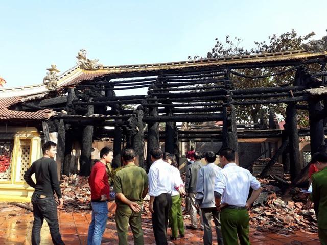 Đến 14h cùng ngày, ngọn lửa được khống chế và đình bị thiêu rụi. Ảnh: Đ.Tùy