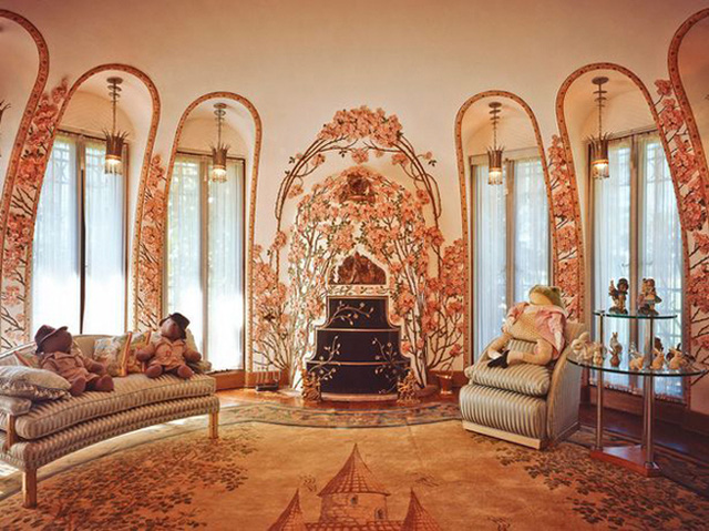 Theo Mirror, tỷ phú Trump mua khu bất động sản trên vào năm 1985, khi ông còn chung sống với vợ đầu Ivana, với giá 10 triệu USD. Sau đó, ông cải tạo nó theo sở thích cầu kỳ của bản thân, với nhiều món đồ nội thất đắt tiền, được mua từ khắp nơi trên thế giới.