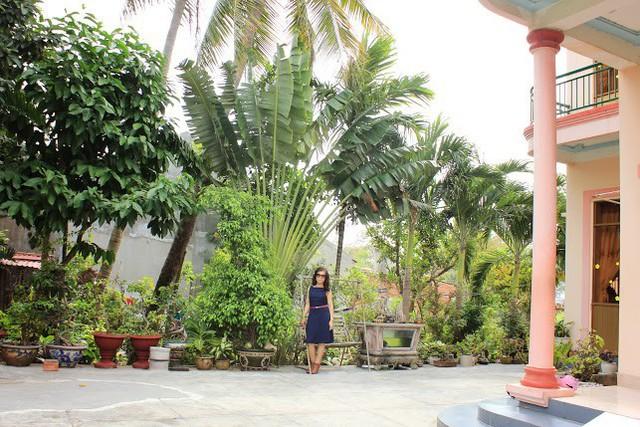 Biệt thự nhỏ xinh của Di Yến Quỳnh có sân rộng và rất nhiều cây cảnh quý bao quanh. Nữ ca sĩ chuyển giới cho biết riêng thú chơi cây cảnh của gia đình cũng tiêu tốn một khoản tiền không hề nhỏ.