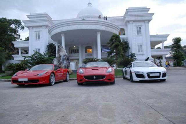 Siêu xe Ferrari California (giữa) của Bình Dương cùng đoàn siêu xe Hà Nội khuấy động đảo Tuần Châu đầu năm 2011.