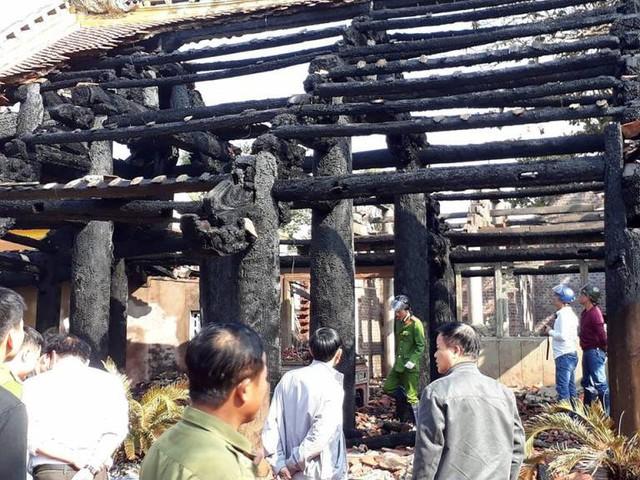 Ngọn lửa thiêu rụi toàn bộ ngôi đình cổ