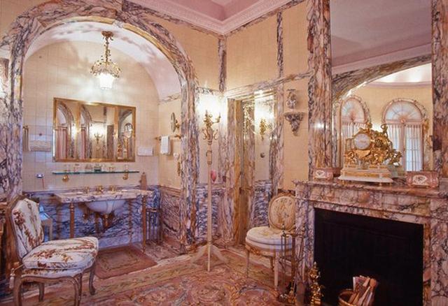 Không gian sang trọng, cầu kỳ bên trong một căn phòng thuộc biệt thự 58 phòng ngủ ở Mar-a-Lago của tổng thống đắc cử Donald Trump. Bộ ảnh được chụp vào năm 1993, ngay sau khi ông Trump hoàn thành quá trình tu sửa khu biệt thự.