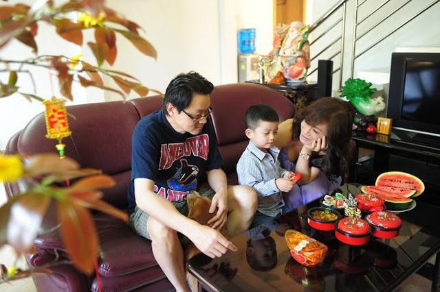 Vợ chồng Di Yến Quỳnh hạnh phúc bên cậu con nuôi.