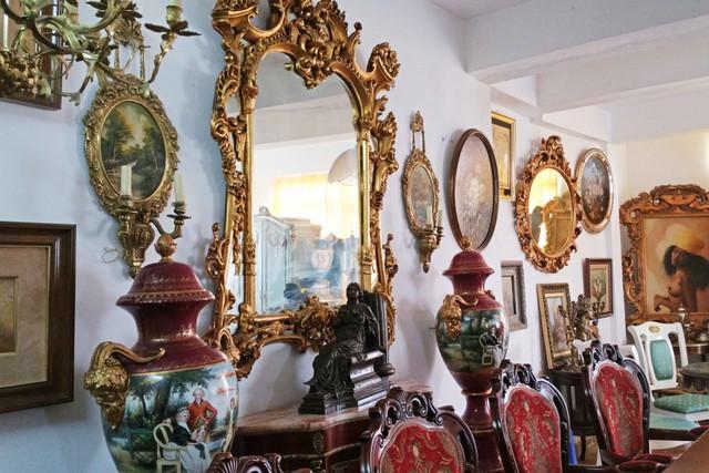 Những món đồ cổ quý giá bên trong căn biệt thự của gia đình Nathan Lee.