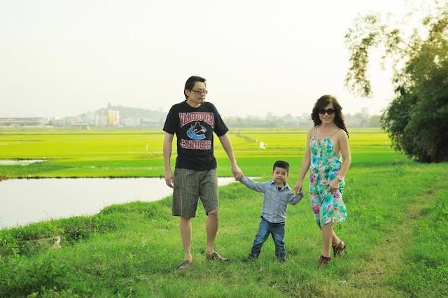 Ngay cạnh căn nhà là cánh đồng lúa bao la. Mỗi buổi chiều, cô và ông xã thường dẫn con trai đi dạo nơi đây.
