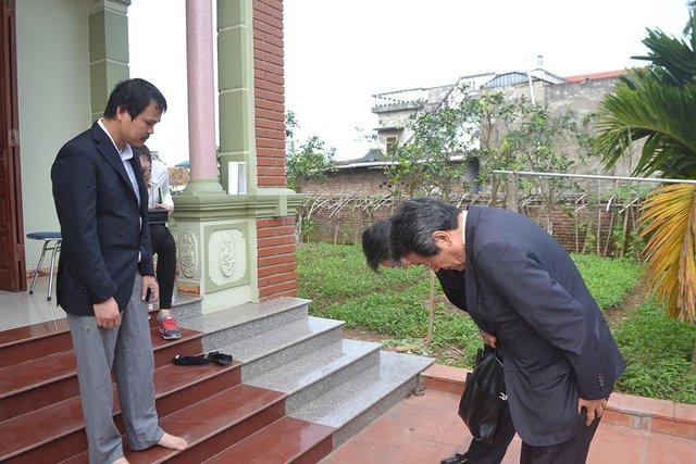 Vị đại sứ cúi đầu xin lỗi theo văn hóa của người Nhật.