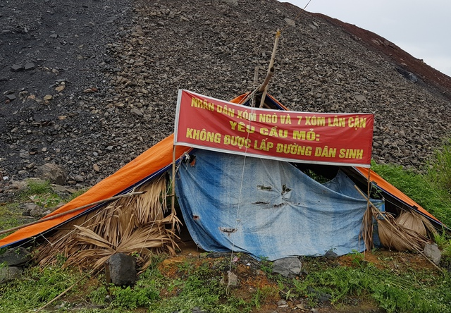 Cho rằng đền bù chưa thỏa đáng, người dân xã An Khánh đã căng lều bạt, băng rôn, phản đối hoạt động khai thác than.