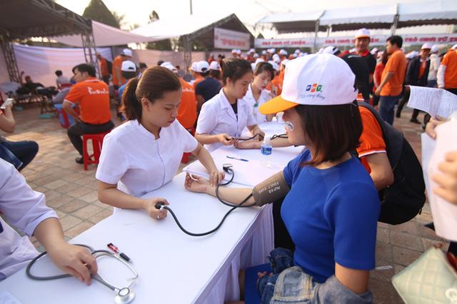 Rất nhiều người đăng ký hiến máu tình nguyện tại lễ phát động...