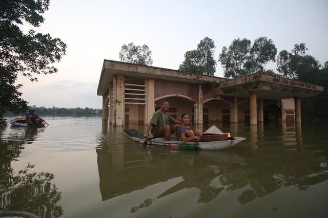 Đê vỡ, nước ngập nhấn chìm nhiều nhà cửa khiến cuộc sống người dân vô cùng khó khăn.