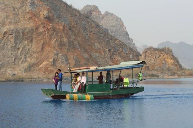 Dù đã có biển cảnh báo nguy hiểm song nhiều người vẫn phớt lờ, xuống hồ chụp ảnh