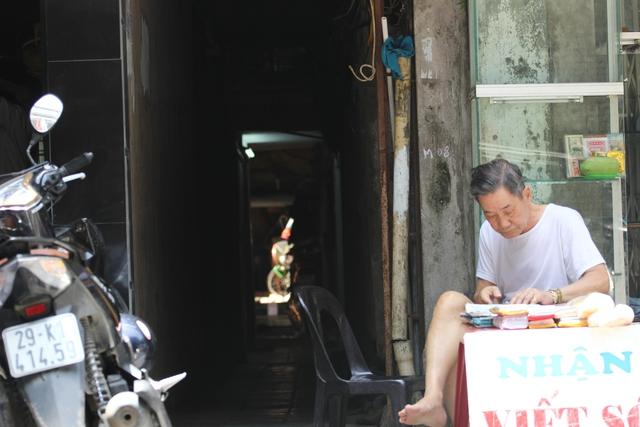 Hàng chục căn nhà nhỏ với nhiều thế hệ sống với nhau. Cuộc sống phía trong ngõ tối đã có hàng trăm năm.