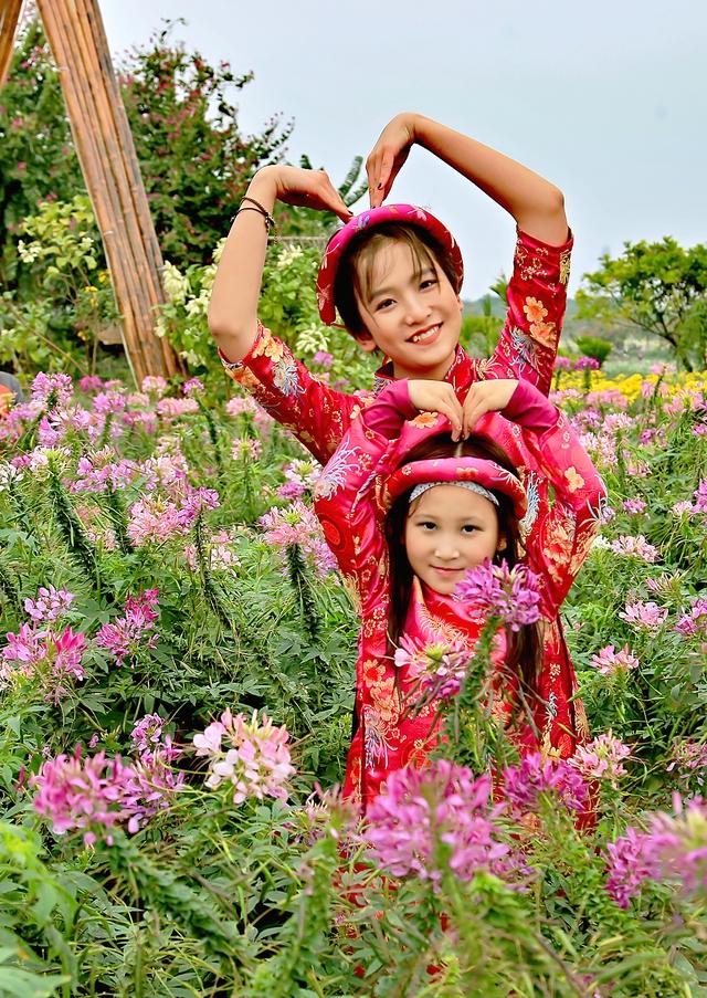 Hai cô bé thừa hưởng nhiều nét đẹp từ mẹ, nhất là bé Anna Linh nhưng được khen là Tây hơn mẹ