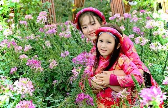 Bé Anna Linh năm nay 12 tuổi và bé Mary Linh năm nay 7 tuổi