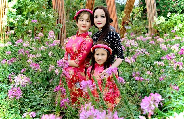 Mỗi khi xuất hiện bên hai con, Linh Nga thường được gọi là ba chị em