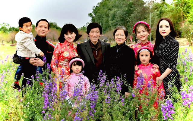 Nhân dịp đặc biệt này, Linh Nga đã lưu lại khoảnh khắc ý nghĩa bên gia đình gồm bố mẹ và vợ chồng anh trai, các cháu