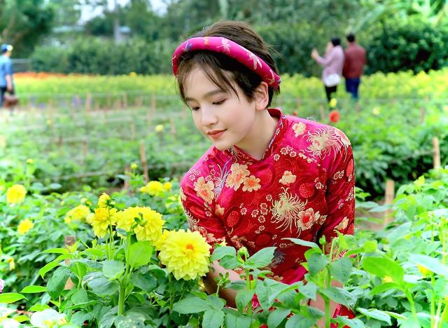 Anna Linh ra dáng một thiếu nữ với nét đẹp sang trọng và quý phái giống mẹ