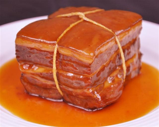 Thịt Đông Pha buộc chỉ thì mới đúng vị, thế nhưng nếu ngại, bạn có thể pha cắt miếng nhỏ, ăn vẫn ngon và tiện.