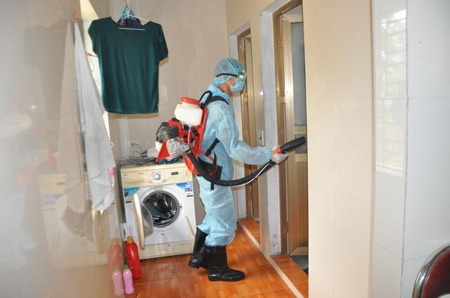 Cán bộ dự phòng thực hiện phun diệt muỗi ở nhà dân.