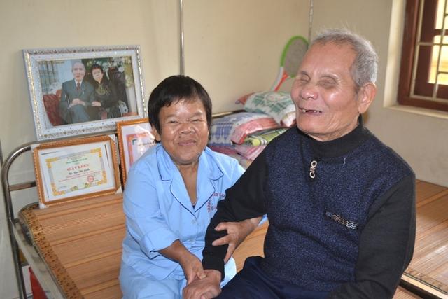Vợ chồng ông Phấn, bà Lành chia sẻ câu chuyện với PV Báo GĐ&XH. Ảnh: Đ.Tuỳ