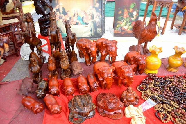 Thị trường Tết Đinh Dậu năm nay những chú gà làm bằng gỗ gụ hương đang hút khách