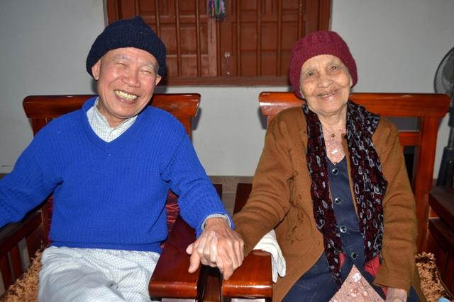 Niềm hạnh phúc tuổi già của vợ chồng cụ Nham gần trăm tuổi. Ảnh: Đ.Tuỳ