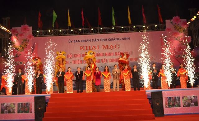 Lẽ khai mạc hội chợ OCOP Quảng Ninh năm 2017 và Hội hoa Xuân Đinh Dậu. Ảnh: Đ.Tuỳ