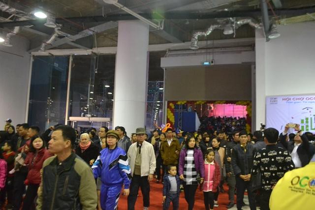 Nhiều người dân đến tham quan, mua sắm