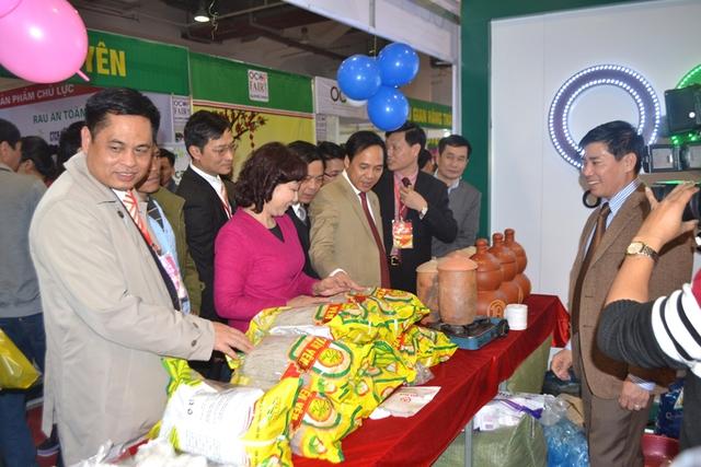 Lãnh đạo tỉnh Quảng Ninh kiểm tra sản phẩm của các gian hàng
