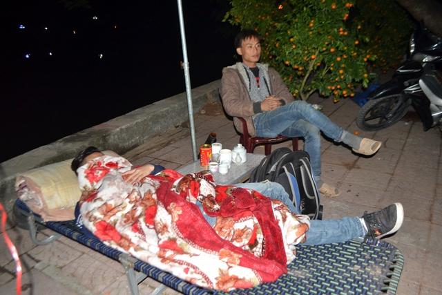Nhiều người thay phiên nhau ngủ
