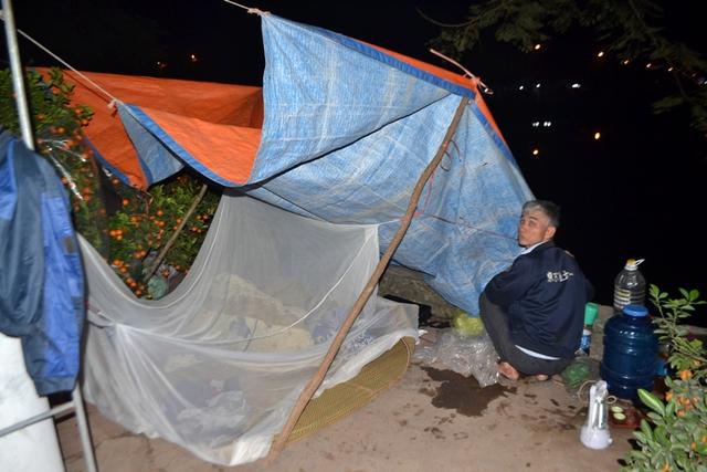 Các chủ hàng phải căng bạt, dựng lều trông hàng về đêm vì sợ mất trộm. Ảnh: Đ.Tuỳ