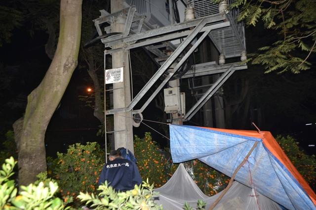 và dựng lều ngay dưới các trạm điện biến áp