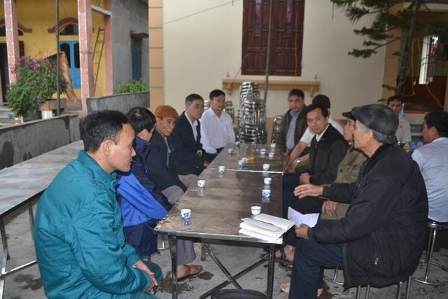 Lãnh đạo xã Tuấn Hưng, thôn An Bình vào hỏi thăm động viên gia đình nạn nhân. Ảnh: Đ.Tuỳ