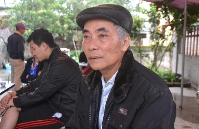 Ông Ninh Văn Tuyến nghẹn ngào kể chuyện anh Quỳnh gặp nạn với PV Báo GĐ&XH. Ảnh: Đ.Tuỳ