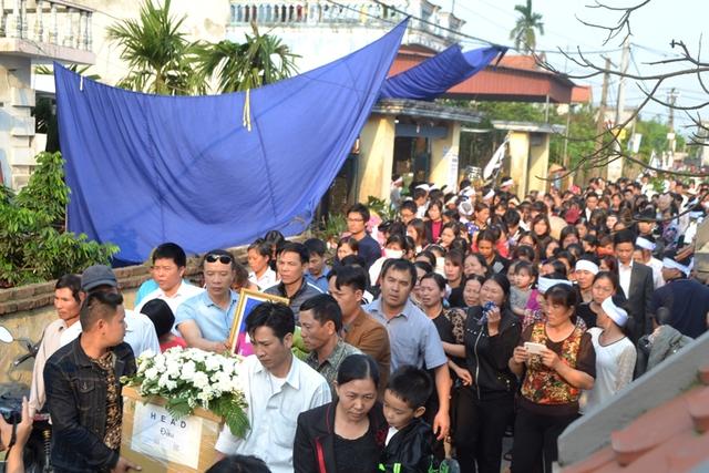 Hàng trăm người đón di quan cháu Nhật Linh về quê. Ảnh: Đ.Tuỳ