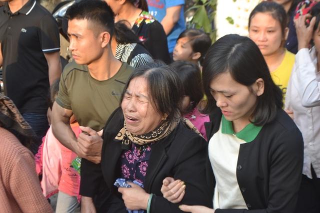 Người thân đau xót bên di quan nạn nhân